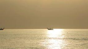 De vissersboten trekken hun netten bij de zonsopgang Adriatische kosten Emilia Romagna Italië stock video