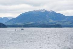 De Vissersboten van Alaska dichtbij Berg Royalty-vrije Stock Foto's