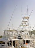 De vissersboten van de sport in een jachthaven Stock Afbeeldingen