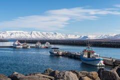 De vissersboten worden gedokt bij de pijler in de haven van Saudarkrokur in Skagafjordur, IJsland Royalty-vrije Stock Foto