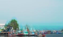 De vissersboten worden geparkeerd bij een kleine pijler in Thailand royalty-vrije stock afbeeldingen