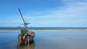 De vissersboten worden geparkeerd op het strand met blauwe wateren en blauwe hemel op tropische landschappen stock videobeelden