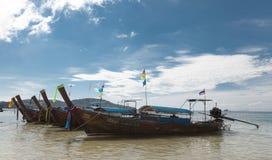 De vissersboten zijn bij het strand, na een nacht van tonijn visserij Thaise nationale boot thailand Stock Afbeeldingen