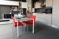 De vista completa de uma cozinha e de uma sala de jantar modernas foto de stock royalty free