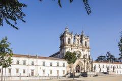 De vista completa de Roman Catholic Alcobaca Monastery bonito durante o dia com o c?u azul claro imagens de stock royalty free