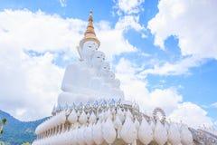 De vita buddha statyerna på Wat Pha Sorn Kaew Temple Fotografering för Bildbyråer