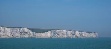 De vita klipporna av Dover, UK som fotograferas på en klar vårdag: kritaklippor på den Kent kusten nära porten av Dover arkivfoto