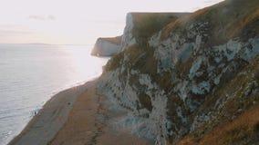 De vita klipporna av England på solnedgången stock video