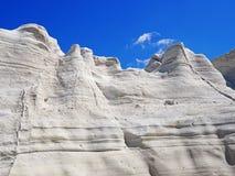 De vita klipporna nära Sarakiniko sätter på land i Milos i de Cyclades öarna av Grekland Royaltyfria Bilder