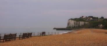 De vita klipporna på Kingsdown sätter på land nära Dover i Kent England royaltyfria bilder