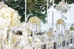 De vita kräm- rosorna, orkidégarnering på mottagandematställetabellen, blommor som är blom- - stängt upp royaltyfri fotografi