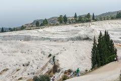 De vita travertinesna av den forntida staden av Hierapolis Arkivbilder