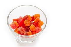 De vitaminen van het geleisuikergoed in een glasvaas op een witte achtergrond stock foto