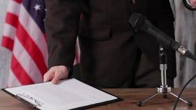De vlag, de mens en de microfoon van de V.S. stock footage
