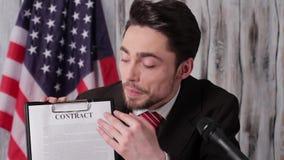 De vlag, de zakenman en het contract van de V.S. stock video