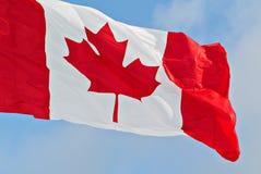 De Vlag die van Canada dicht omhoog vliegen stock afbeelding
