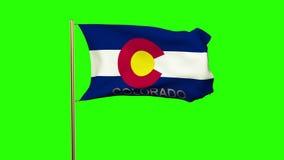 De vlag die van Colorado met titel in de wind golven stock footage