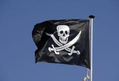De vlag die van de piraat in blauwe hemel vliegt Royalty-vrije Stock Foto's