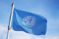 De Vlag die van de Verenigde Naties in Wind vliegen stock foto