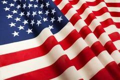De vlag die van de Verenigde Staten van Amerika in de wind drijven stock afbeelding