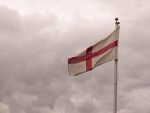 De vlag die van Engeland in de gevouwen wind slingeren Stock Foto's