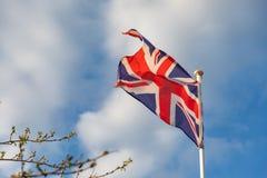 De vlag die van het Verenigd Koninkrijk op de wind golven stock afbeeldingen