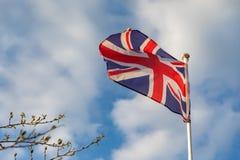 De vlag die van het Verenigd Koninkrijk op de wind golven stock foto