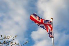 De vlag die van het Verenigd Koninkrijk op de wind golven royalty-vrije stock afbeeldingen