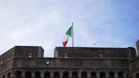 De vlag die van Italië op de wind golven voorraad Het toerisme in Italië is een mooi deel van Europa stock footage