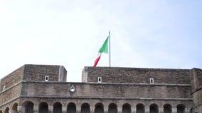 De vlag die van Italië op de wind golven voorraad Het toerisme in Italië is een mooi deel van Europa stock videobeelden
