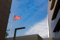 De Vlag die van Verenigde Staten hoog vliegen Royalty-vrije Stock Afbeelding