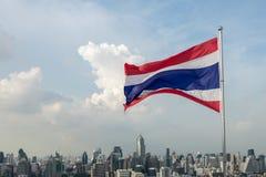 De vlag en de stadsmening van Thailand Stock Foto's