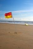 De Vlag en de Surfplank van de badmeester Stock Foto's