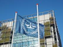 De vlag en het hoofdgebouw van Internationale Strafrechter Stock Foto