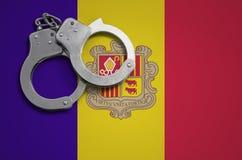 De vlag en de politiehandcuffs van Andorra Het concept misdaad en inbreuken in het land royalty-vrije stock afbeelding