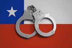 De vlag en de politiehandcuffs van Chili Het concept naleving van de wet in het land en bescherming tegen misdaad stock afbeeldingen