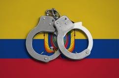 De vlag en de politiehandcuffs van Ecuador Het concept naleving van de wet in het land en bescherming tegen misdaad stock afbeeldingen