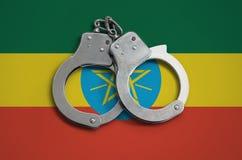 De vlag en de politiehandcuffs van Ethiopië Het concept naleving van de wet in het land en bescherming tegen misdaad royalty-vrije stock foto's