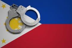 De vlag en de politiehandcuffs van Filippijnen Het concept misdaad en inbreuken in het land royalty-vrije stock foto