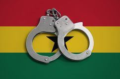 De vlag en de politiehandcuffs van Ghana Het concept naleving van de wet in het land en bescherming tegen misdaad stock foto's