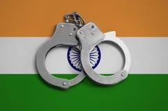 De vlag en de politiehandcuffs van India Het concept naleving van de wet in het land en bescherming tegen misdaad stock fotografie