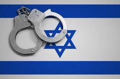 De vlag en de politiehandcuffs van Israël Het concept misdaad en inbreuken in het land royalty-vrije stock foto