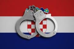 De vlag en de politiehandcuffs van Kroatië Het concept naleving van de wet in het land en bescherming tegen misdaad royalty-vrije stock fotografie
