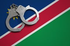 De vlag en de politiehandcuffs van Namibië Het concept misdaad en inbreuken in het land royalty-vrije stock afbeeldingen