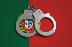 De vlag en de politiehandcuffs van Portugal Het concept naleving van de wet in het land en bescherming tegen misdaad royalty-vrije stock afbeeldingen