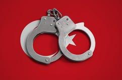 De vlag en de politiehandcuffs van Turkije Het concept naleving van de wet in het land en bescherming tegen misdaad royalty-vrije stock foto