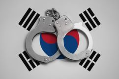De vlag en de politiehandcuffs van Zuid-Korea Het concept naleving van de wet in het land en bescherming tegen misdaad stock afbeeldingen