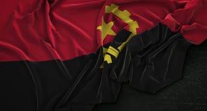 De Vlag van Angola op Donkere 3D die Achtergrond wordt gerimpeld geeft terug stock illustratie