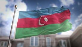 De Vlag van Azerbeidzjan het 3D Teruggeven op Blauwe Hemel de Bouwachtergrond Royalty-vrije Stock Fotografie