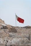 De Vlag van Bahrein bovenop het Fort van Bahrein Stock Foto